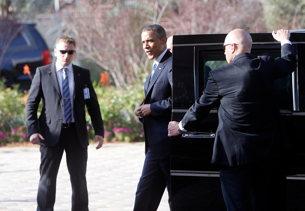 . U.S. President Barack Obama (C) arrives at the residence of Israel\'s President Shimon Peres in Jerusalem March 20, 2013. REUTERS/Ronen Zvulun