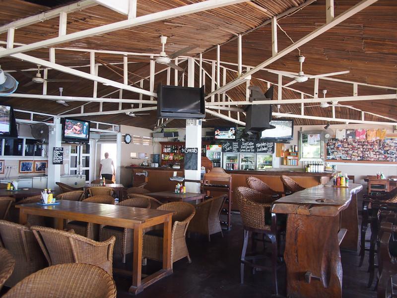P5258838-beach-hotel-bar.JPG