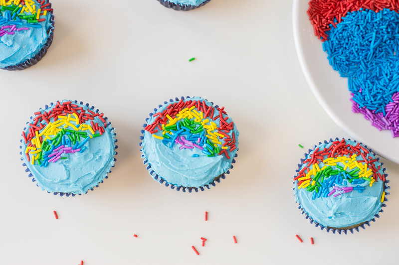 decorating rainbow cupcakes
