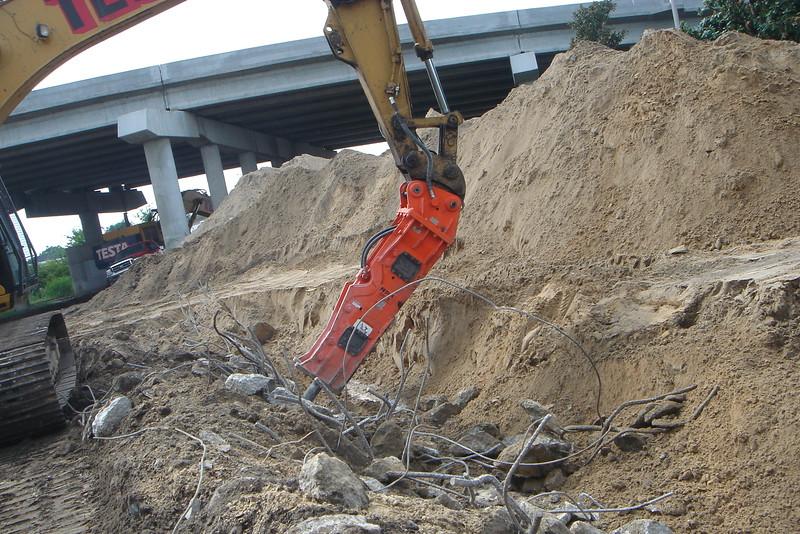 NPK GH15 hydraulic hammer on Testa excavator (1).JPG