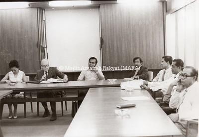 1974 - LAWATAN PAKAR BANK DUNIA DI BILIK MESYUARAT