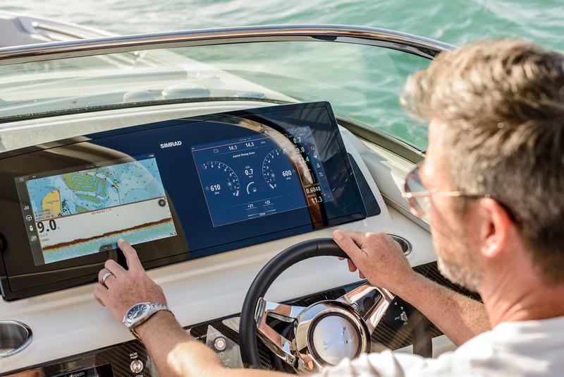 2020-SLX-R-310-outboard-lifestyle-39.jpg
