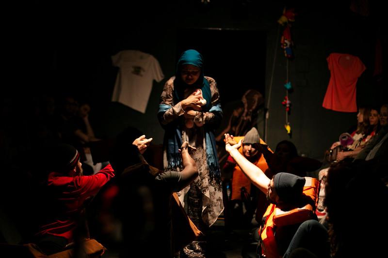 Allan Bravos - Fotografia de Teatro - Indac - Migraaaantes-179.jpg