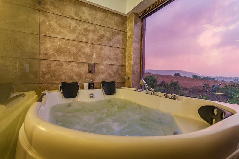 Jacuzzi bath, bedroom 1