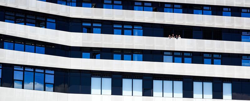 Hochschule in der HafenCity Hamburg mit Studenten Fassade