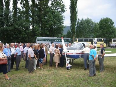600 ribagorzanos visitan el campo de Aviacion en Castejon de Sos (Huesca)