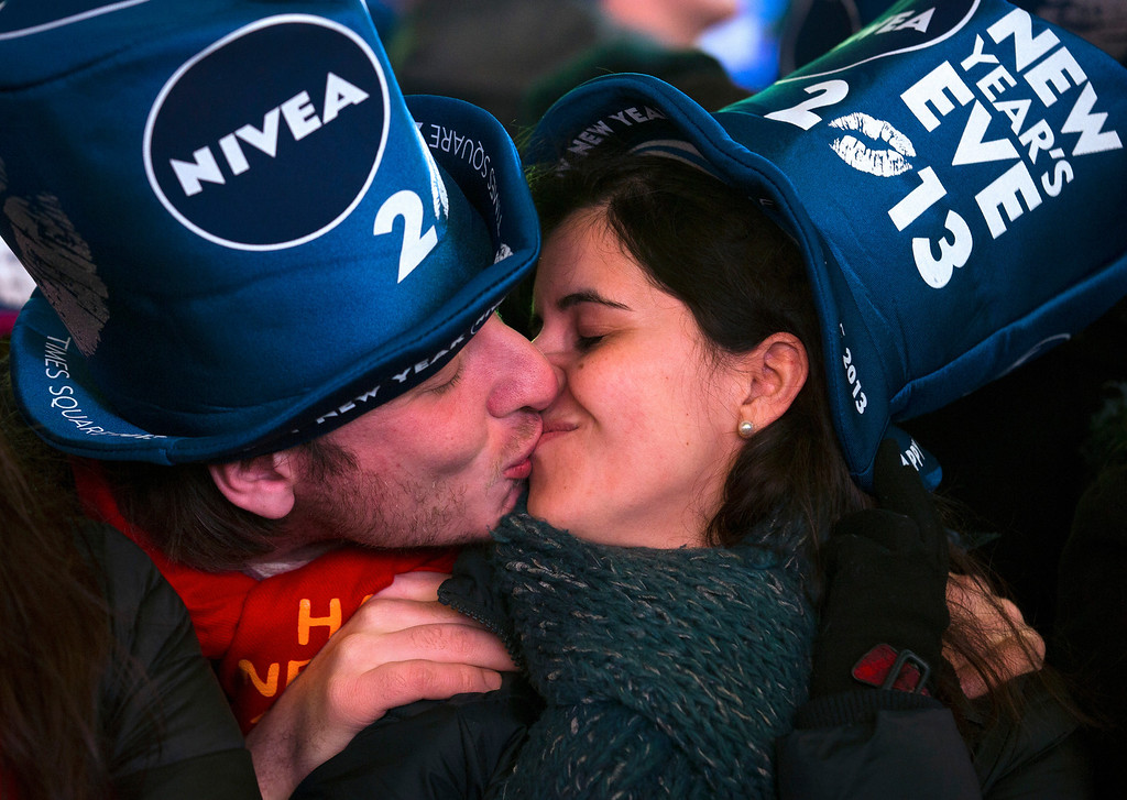. Simone Renes and Cristina Vanoli, of Italy, share a kiss in Times Square at the New Year\'s Eve celebration, Monday, Dec. 31, 2012, in New York. (AP Photo/John Minchillo)