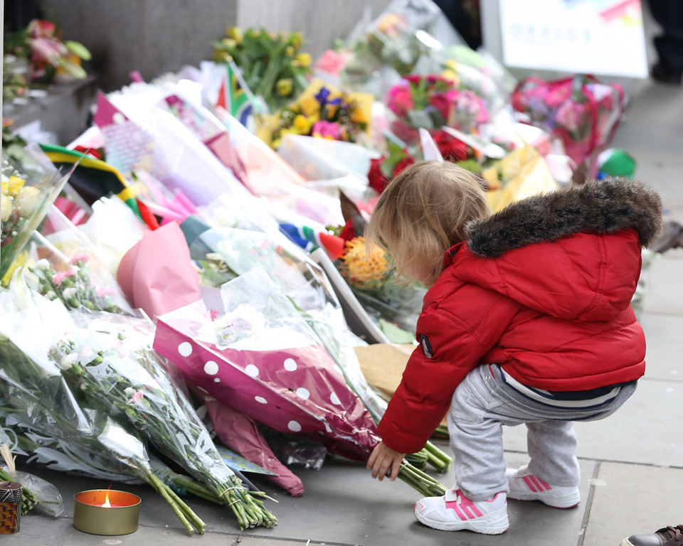 . People pay their respects to former South African president Nelson Mandela, who died yesterday aged 95, outside South Africa House on December 6, 2013 in London, .  (Photo by Neil P. Mockford/Getty Images)