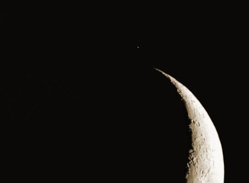 Měsíc 25.4.2012, Bresser Skylux 700/70, Barlow 2x, Canon 350D v primárním ohnisku. Měsíc míjí hvězdu dzeta Tauri.