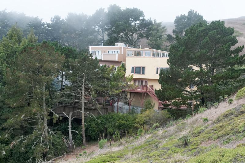 Diese Häuser liegen im Sommer wohl die meiste Zeit im Nebel.
