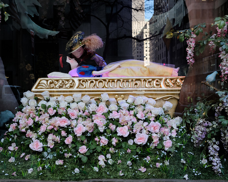 Snow White Animatronic at Saks Fifth Ave