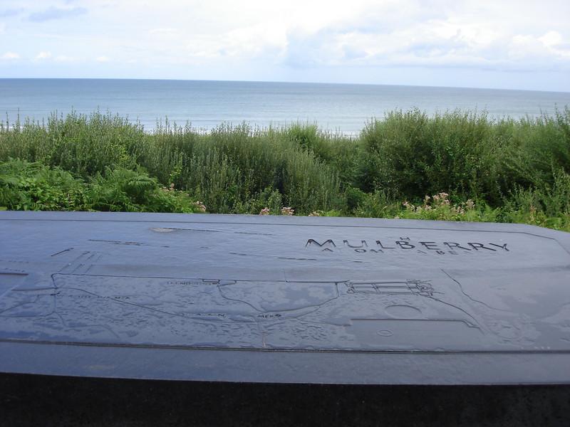 Amerikaans kerkhof Colleville- sur- Mer Halverwege het pad omlaag -30 min. heen en terug- naar het Omaha Beach strand is dit tweede uitzichtplatform (oriëntatietafel) te zien