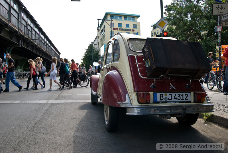 In the Prenzlauer Berg quartier, vintage cars and scooters are really popular: in the picture, a citroen diane with a leather luggage on the back