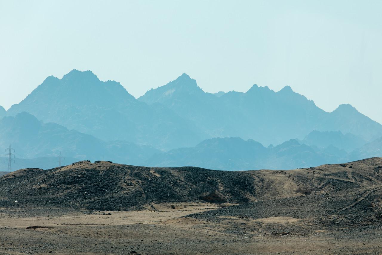 Egipt; Krajobraz; PrzezOknoAutobusu; Safari; pustynia; widok na pobliskie góry z Hurghady