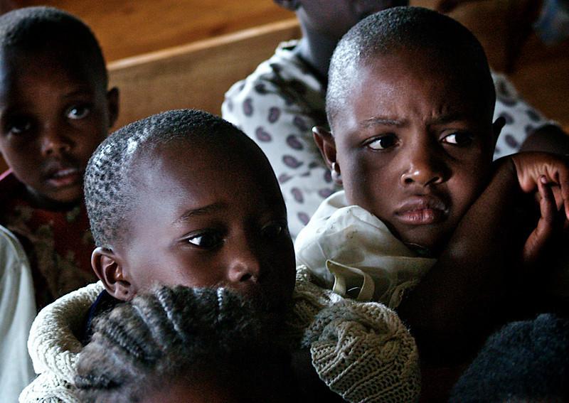 En forsiktig titt på et merkelig besøk. Unge gutter i Soweto ser på en gruppe norske elever som besøker klubbhuset Maisha Mema. Nairobi, oktober 2006. *** Staring carefully at strange guests. Young boys from Soweto looking at a group of Norwegian students visiting the Club House at the Maisha Mema in Nairobi, October 2006. (Foto: Geir)