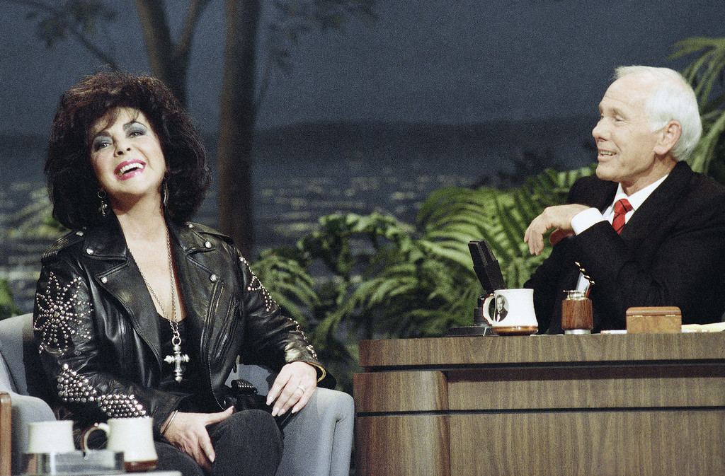 . Actress Elizabeth Taylor and Tonight Show host Johnny Carson share a laugh during Taylor?s first-ever appearance on the show at night on Monday, Feb. 21, 1992 in Los Angeles. (AP Photo/Bob Galbraith)