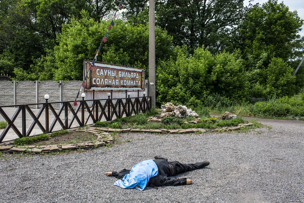 . The body of a pro-Ukraine militia fighter lies along the road following early morning clashes with the Vostok Battalion, a pro-Russia militia, on May 23, 2014 in Karlivka, Ukraine. (Photo by Brendan Hoffman/Getty Images)