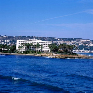 19685 Four star hotel with large seafront garden