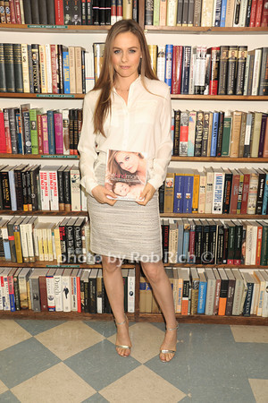 Alicia Silverstone Booksigning at Book Revue in Huntington on 4-15-14. all photos by Rob Rich © 2014 robwayne1@aol.com 516-676-3939