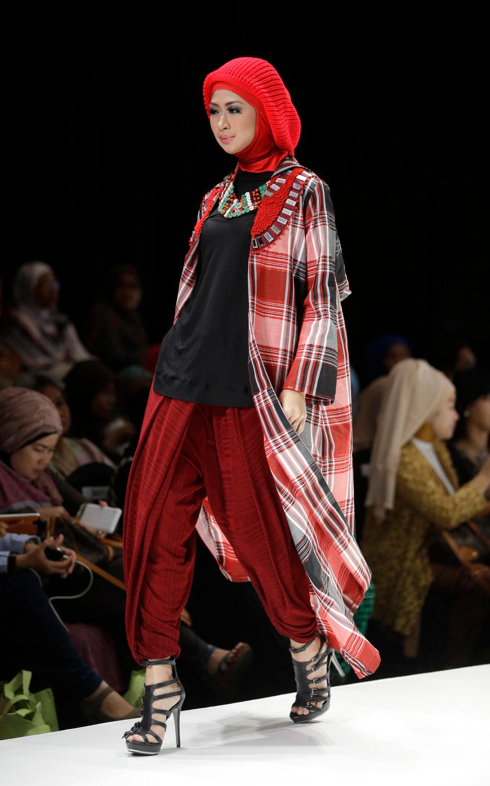 . A model displays a creation of Indonesian  designer Hannie Hananto during Indonesia Islamic Fashion Fair in Jakarta, Indonesia, Friday, May 31, 2013.  (AP Photo/Dita Alangkara)