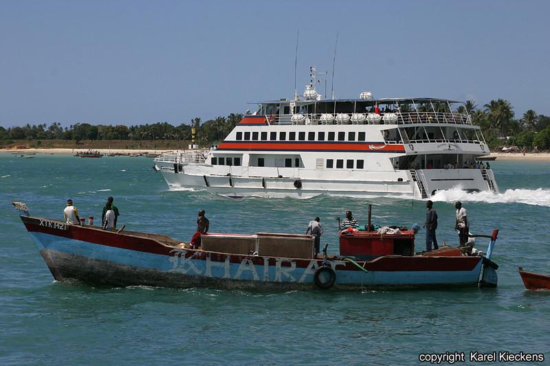 T.01_21.Dar Es Salaam_catamaran naar Zanzibar en vissers.jpg