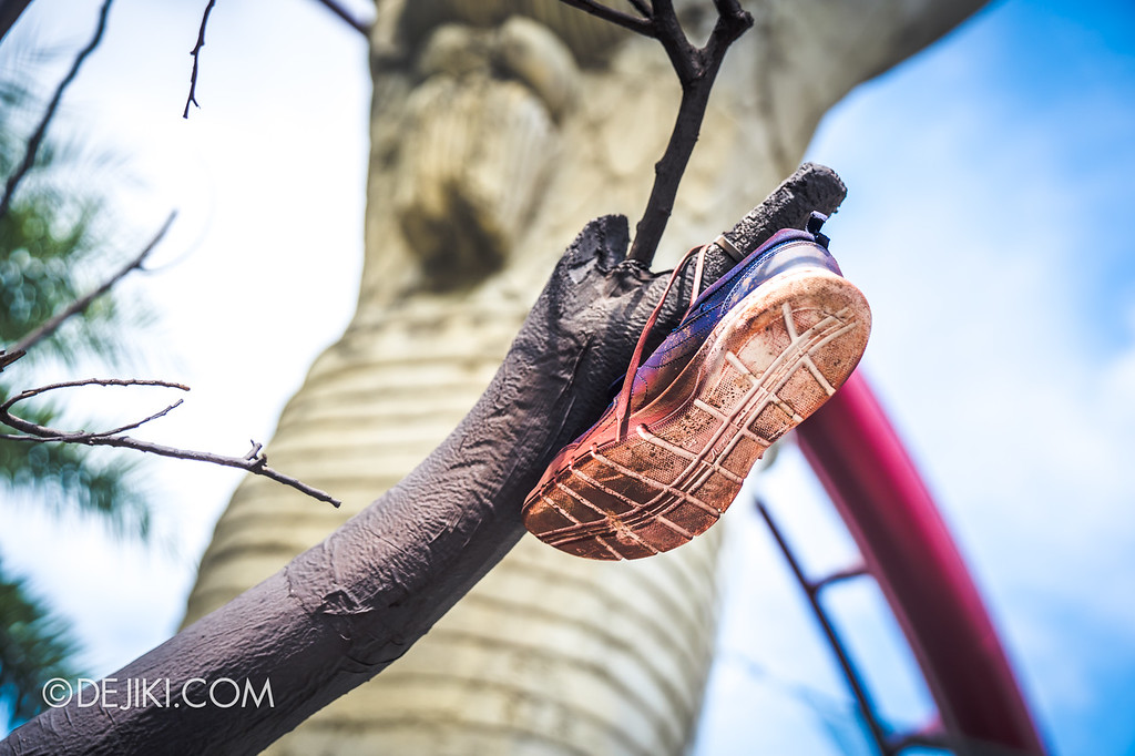 Halloween Horror Nights 8 - Cannibal scare zone prop shoe on tree