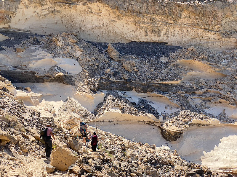 Prachtige rotsformaties flankeren het klippenpad.JPG