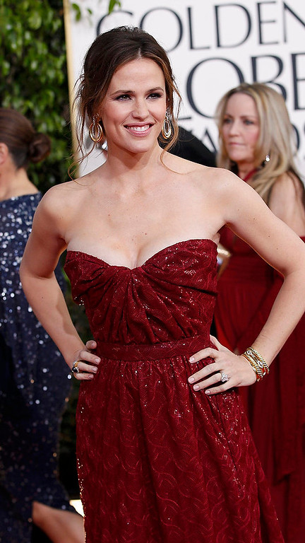 . Actress Jennifer Garner arrives at the 70th annual Golden Globe Awards in Beverly Hills, California, January 13, 2013.  REUTERS/Mario Anzuoni