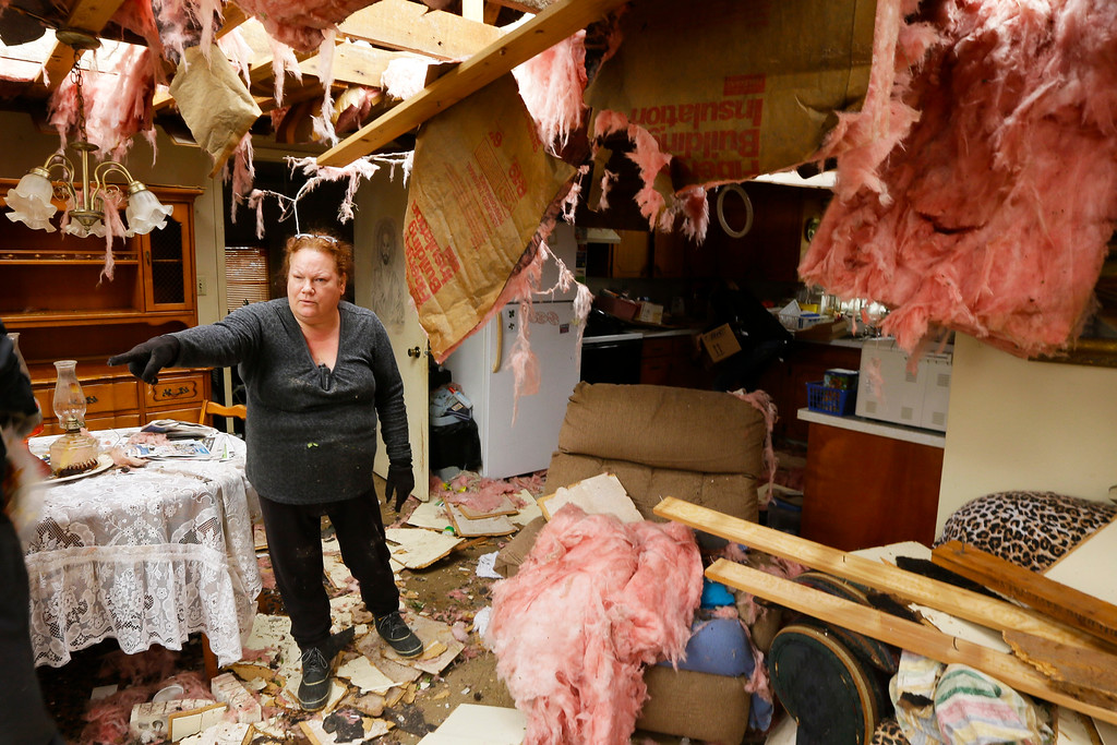 . Thereesa Long directs friends helping her sift through her belongings in Mayflower, Ark., Tuesday, April 29, 2014.   (AP Photo/Danny Johnston)