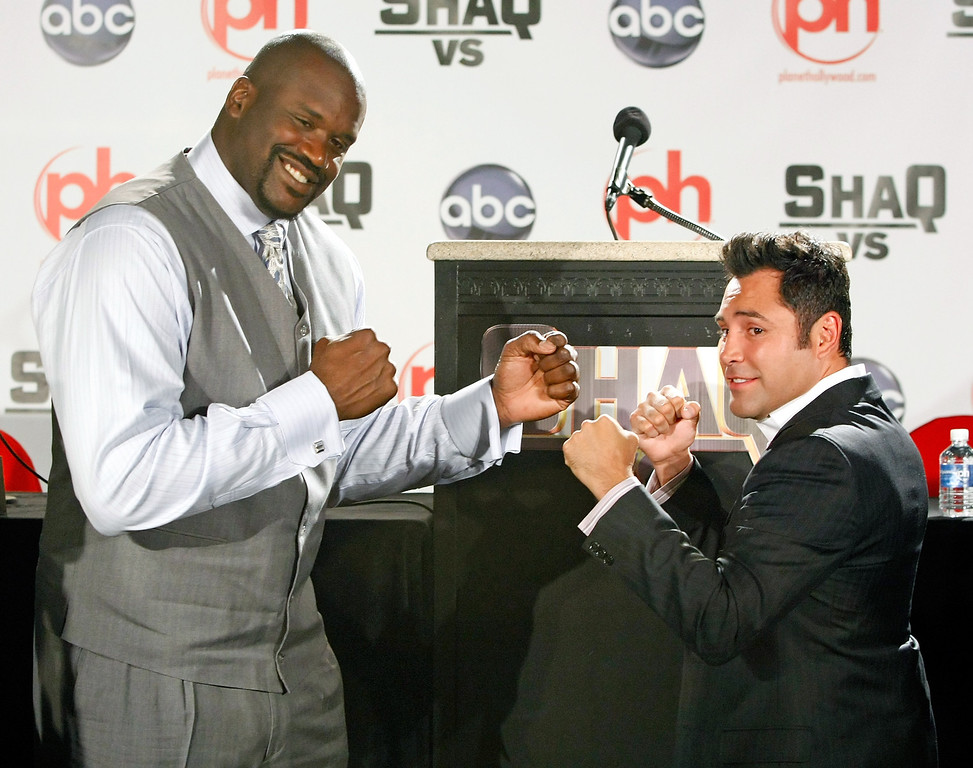". LAS VEGAS - AUGUST 18:  Shaquille O\' Neal (L) of the Cleveland Cavaliers and boxer Oscar De La Hoya pose as they tape a segment for the new ABC television series ""Shaq Vs.\"" at the Planet Hollywood Resort & Casino August 18, 2009 in Las Vegas, Nevada. The reality show, which launches tonight, follows O\'Neal as he competes against star athletes in their respective sports.  (Photo by Ethan Miller/Getty Images)"