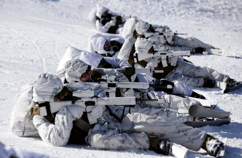 Description of . South Korean Marines and U.S. counterparts from 3-Marine Expeditionary Force 1st Battalion from Kaneho Bay, Hawaii, aim their guns on a snow field during their Feb. 4-22 joint military winter exercise in Pyeongchang, east of Seoul, South Korea, Thursday, Feb. 7, 2013. More than 400 marines from the two countries participated in the joint winter exercise held for the first time in South Korea. (AP Photo/Lee Jin-man)