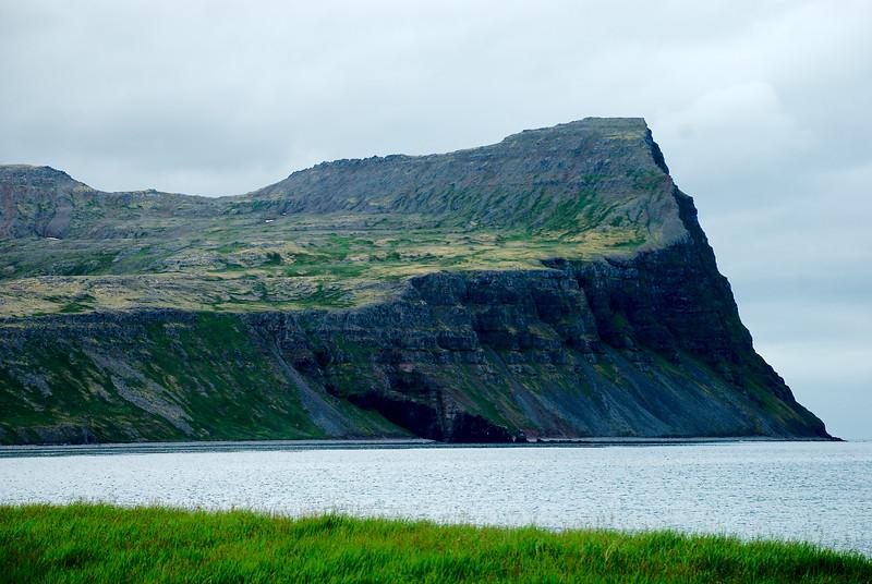 Almenningaskarð og Kjalárnúpur. Teigkambur gengur út í fjöruna.