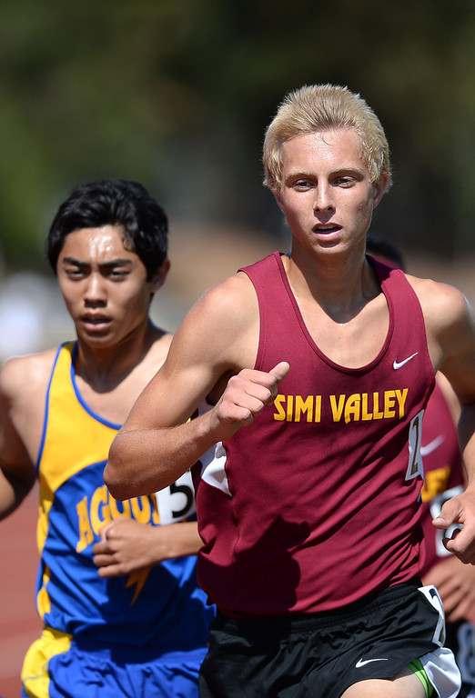 . Runners battle during the 3200 at the Marmonte League track and field finals May 9, 2014 in Moorpark.(Andy Holzman/Los Angeles Daily News)