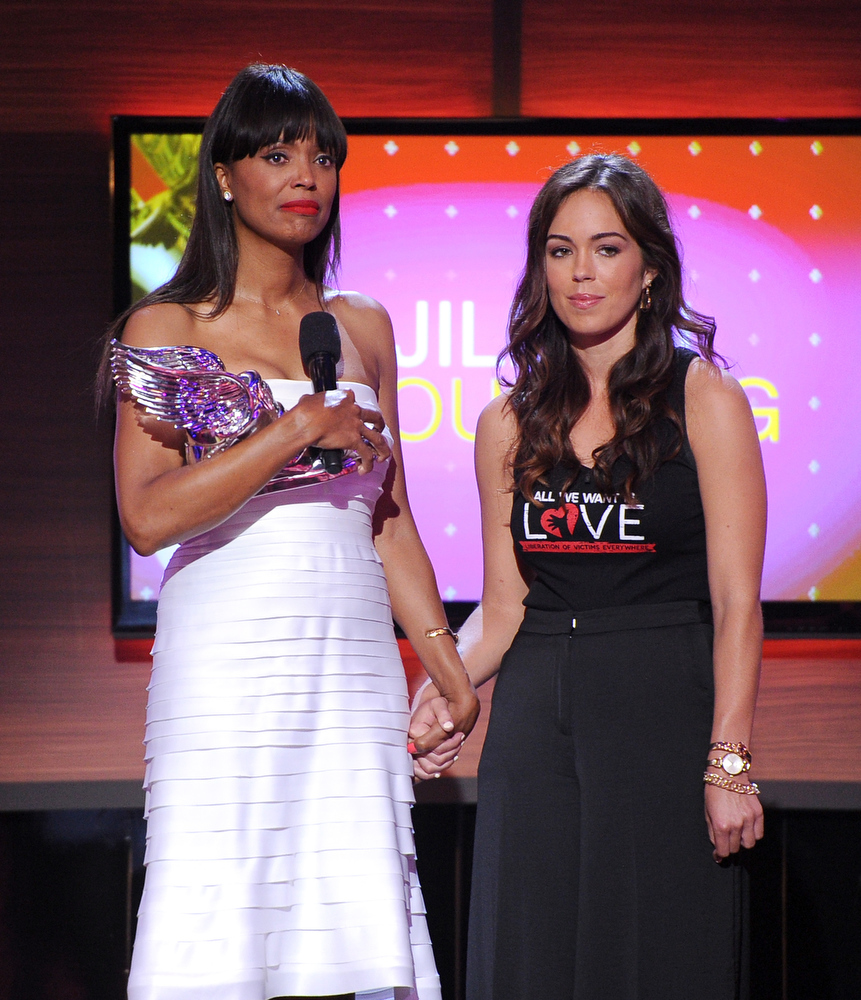 . Actress Aisha Tyler presents award to Jillian Mourning of All We Want Is L.O.V.E. onstage at the DoSomething.org and VH1\'s 2013 Do Something Awards at Avalon on July 31, 2013 in Hollywood, California.  (Photo by Kevin Winter/Getty Images)