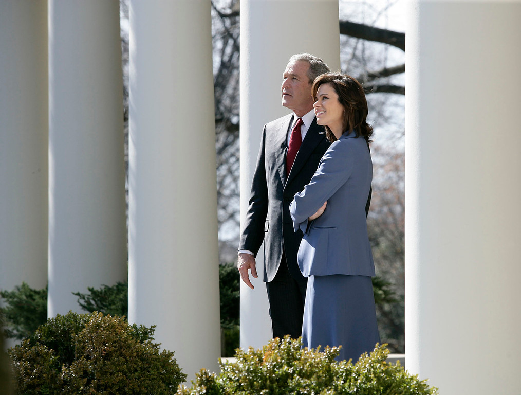 . This photo provided by the White House shows President Bush with Elizabeth Vargas of ABC News during her visit to the White House,Tuesday, Feb. 28, 2006.     (AP Photo/Eric Draper, White House)