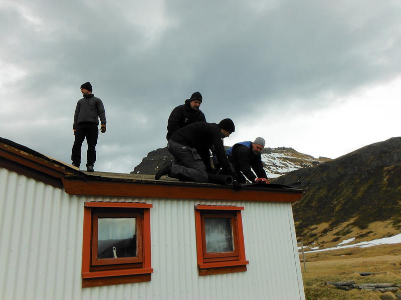 Eyþór, Þórmar, Helgi og Benni skella tjörupappa á þakið