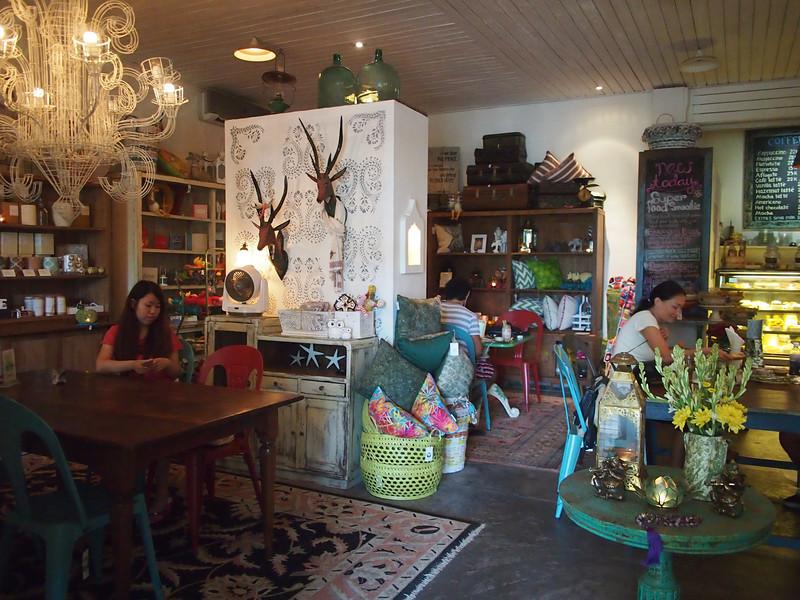 P5137966-bungalow-living-cafe.JPG