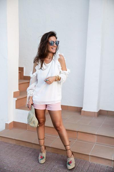 02_combinar_blusa_blanca_con_volantes_danity_paris_theguestgirl_influencer_barcelona_shorts_rosas_cuñas_castañer_barcelona_look_verano_noholita_peeptoes_matilda_djerferson_pombo_style_mediterranean_vibes.jpg