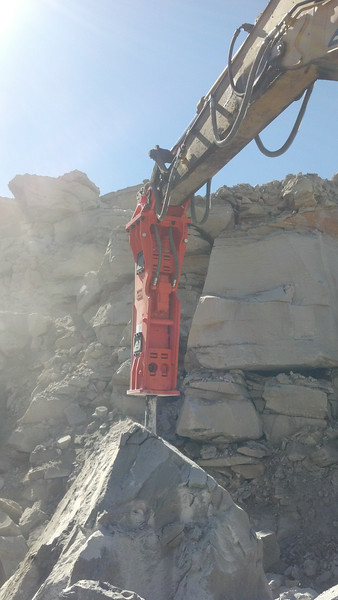 NPK GH15 hydraulic hammer on Cat excavator (21).jpg