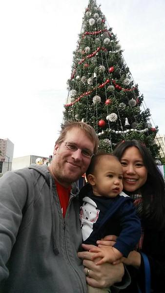 FamilyWithSanta06_20151205.jpg