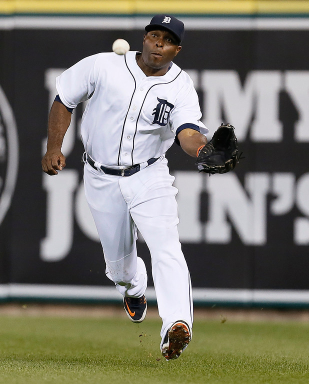 . Detroit Tigers right fielder Torii Hunter catches a Minnesota Twins catcher Kurt Suzuki fly ball in the eighth inning of a baseball game in Detroit, Friday, Sept. 26, 2014. Hunter threw Oswaldo Arcia out at first base for a double play. (AP Photo/Paul Sancya)