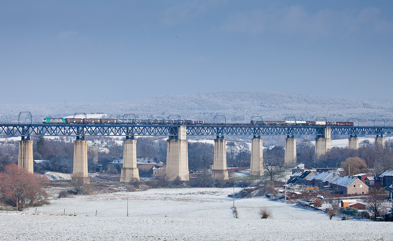 2808 with the 44518 (Gremberg/D - Antwerpen-Noord) crosses the Viaduc de Moresnet in the first snow of the 2010/2011 winter.