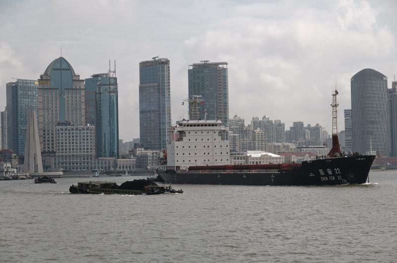 Auf dem Fluss verkehren auch grössere Schiffe.