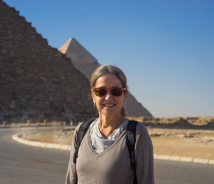 Celia ante las pirámides