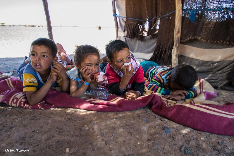 ילדי  נוודים באוהל.jpg