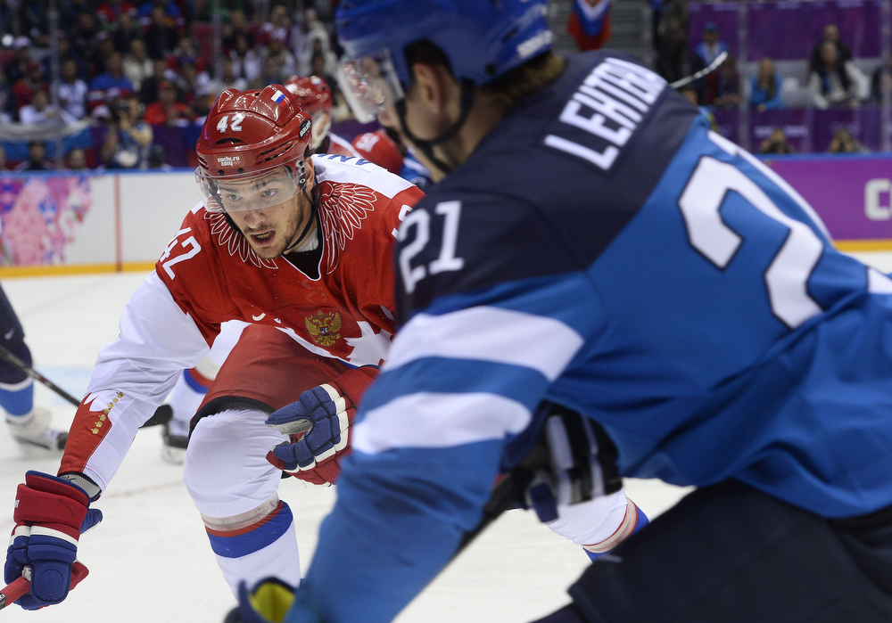 . Russia\'s Artyom Anisimov (L) vies with Finland\'s Jori Lehtera during the Men\'s Ice Hockey Quarterfinals Finland vs Russia at the Bolshoy Ice Dome during the Sochi Winter Olympics on February 19, 2014. (JONATHAN NACKSTRAND/AFP/Getty Images)