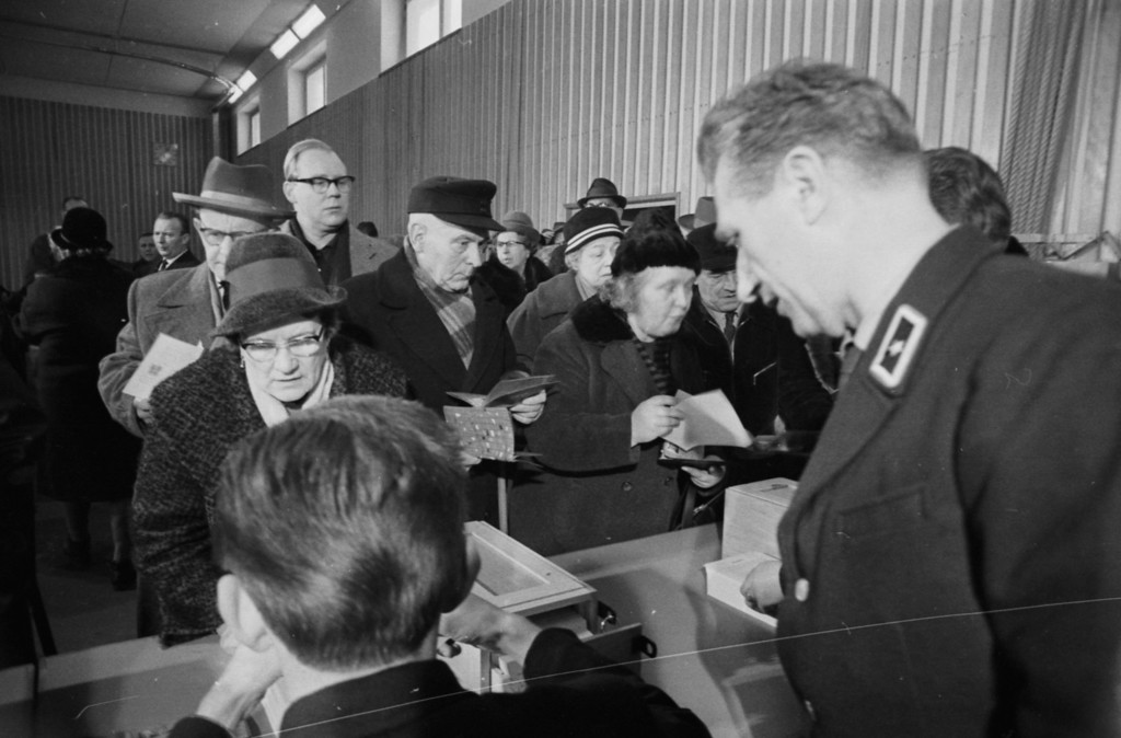 . Citizens of West Berlin lining up for Christmas passes into East Berlin, following the first opening of the Berlin Wall, Germany, December 18th 1963. (Photo by Terry Fincher/Express/Getty Images)