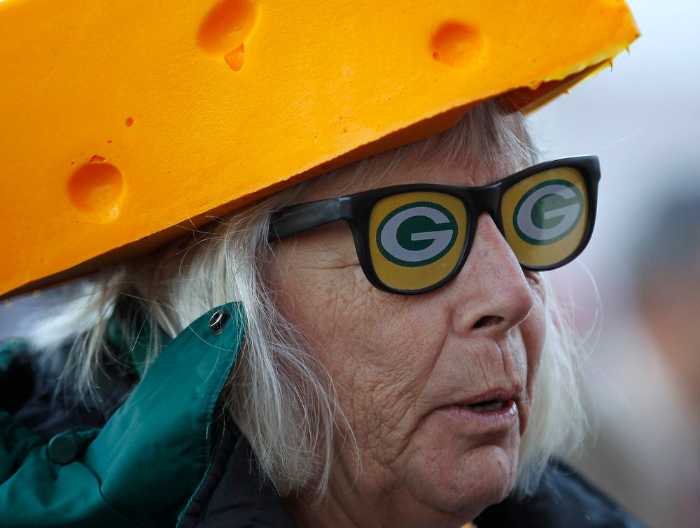 Description of . A Green Bay Packers fan arrives at the stadium for their NFL NFC Divisional play-off football game against the San Francisco 49ers in San Francisco, California, January 12, 2013. REUTERS/Mike Blake