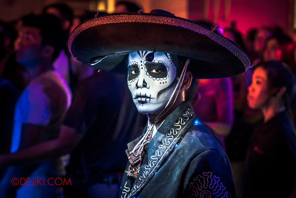 Halloween Horror Nights 6 - March of the Dead / Death March - The Band, cowbell guy gaze