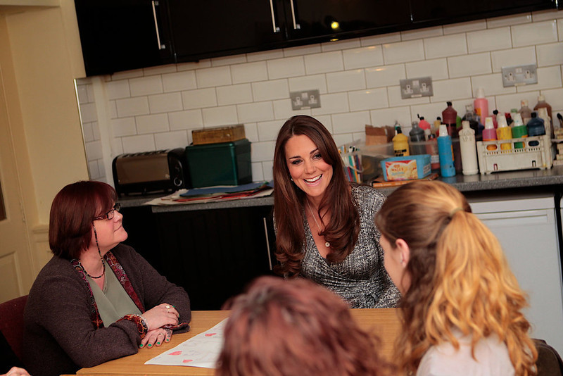 . Britain\'s Catherine, Duchess of Cambridge (C) speaks with the art therapy group during her official visit to Hope House residential treatment centre, run by Action on Addiction for recovering addicts, London February 19, 2013.  REUTERS/Mary Turner/pool